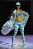NOWY JORK, NY - WRZESIEŃ 03: Model chodzi pas startowego podczas Athleta pasa startowego przedstawienia Fotografia Royalty Free