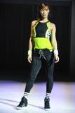 NOWY JORK, NY - WRZESIEŃ 03: Model chodzi pas startowego podczas Athleta pasa startowego przedstawienia Fotografia Stock