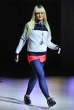 NOWY JORK, NY - WRZESIEŃ 03: Model chodzi pas startowego podczas Athleta pasa startowego przedstawienia Zdjęcie Stock