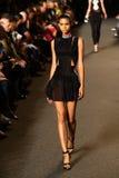 NOWY JORK, NY - WRZESIEŃ 06: Model chodzi pas startowego przy Aleksander Wang pokazem mody Fotografia Stock