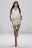 NOWY JORK, NY - WRZESIEŃ 09: Model chodzi pas startowego przy Badgley Mischka pokazem mody Zdjęcie Stock