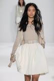 NOWY JORK, NY - WRZESIEŃ 09: Model chodzi pas startowego przy Badgley Mischka pokazem mody Fotografia Stock