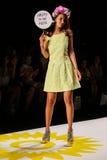 NOWY JORK, NY - WRZESIEŃ 04: Model chodzi pas startowego przy Desigual wiosny 2015 pokazem mody Fotografia Royalty Free