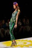 NOWY JORK, NY - WRZESIEŃ 04: Model chodzi pas startowego przy Desigual wiosny 2015 pokazem mody Zdjęcie Royalty Free