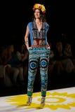 NOWY JORK, NY - WRZESIEŃ 04: Model chodzi pas startowego przy Desigual wiosny 2015 pokazem mody Obrazy Stock
