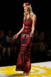 NOWY JORK, NY - WRZESIEŃ 04: Model chodzi pas startowego przy Desigual wiosny 2015 pokazem mody Zdjęcia Royalty Free