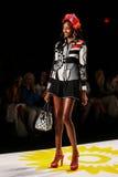 NOWY JORK, NY - WRZESIEŃ 04: Model chodzi pas startowego przy Desigual wiosny 2015 pokazem mody Obraz Royalty Free