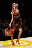 NOWY JORK, NY - WRZESIEŃ 04: Model chodzi pas startowego przy Desigual wiosny 2015 pokazem mody Zdjęcie Stock