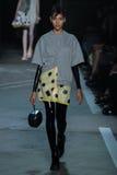 NOWY JORK, NY - WRZESIEŃ 09: Model chodzi pas startowego przy Marc Marc Jacobs pokazem mody Obraz Stock