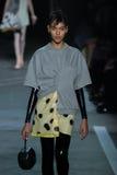 NOWY JORK, NY - WRZESIEŃ 09: Model chodzi pas startowego przy Marc Marc Jacobs pokazem mody Zdjęcie Stock