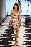 NOWY JORK, NY - WRZESIEŃ 05: Model chodzi pas startowego przy Nicole Miller wiosny 2015 pokazem mody Obraz Stock