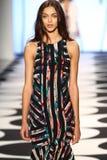 NOWY JORK, NY - WRZESIEŃ 05: Model chodzi pas startowego przy Nicole Miller wiosny 2015 pokazem mody Obrazy Stock