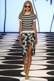 NOWY JORK, NY - WRZESIEŃ 05: Model chodzi pas startowego przy Nicole Miller wiosny 2015 pokazem mody Fotografia Stock