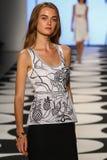 NOWY JORK, NY - WRZESIEŃ 05: Model chodzi pas startowego przy Nicole Miller wiosny 2015 pokazem mody Fotografia Royalty Free