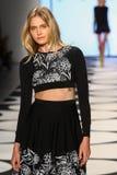 NOWY JORK, NY - WRZESIEŃ 05: Model chodzi pas startowego przy Nicole Miller wiosny 2015 pokazem mody Obrazy Royalty Free