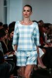 NOWY JORK, NY - WRZESIEŃ 09: Model chodzi pas startowego przy Oskar De Los Angeles Renta pokazem mody Fotografia Royalty Free