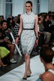 NOWY JORK, NY - WRZESIEŃ 09: Model chodzi pas startowego przy Oskar De Los Angeles Renta pokazem mody Obraz Royalty Free