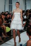 NOWY JORK, NY - WRZESIEŃ 09: Model chodzi pas startowego przy Oskar De Los Angeles Renta pokazem mody Obrazy Stock