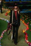 NOWY JORK, NY - WRZESIEŃ 08: Model chodzi pas startowego przy Tommy Hilfiger kobiet pokazem mody Fotografia Stock