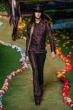 NOWY JORK, NY - WRZESIEŃ 08: Model chodzi pas startowego przy Tommy Hilfiger kobiet pokazem mody Zdjęcia Stock