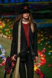 NOWY JORK, NY - WRZESIEŃ 08: Model chodzi pas startowego przy Tommy Hilfiger kobiet pokazem mody Obraz Royalty Free