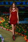 NOWY JORK, NY - WRZESIEŃ 08: Model chodzi pas startowego przy Tommy Hilfiger kobiet pokazem mody Zdjęcia Royalty Free