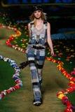 NOWY JORK, NY - WRZESIEŃ 08: Model chodzi pas startowego przy Tommy Hilfiger kobiet pokazem mody Obraz Stock