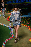 NOWY JORK, NY - WRZESIEŃ 08: Model chodzi pas startowego przy Tommy Hilfiger kobiet pokazem mody Fotografia Royalty Free