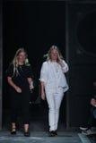 NOWY JORK, NY - WRZESIEŃ 09: Projektanci Katie Górkowaty i Luelle Bartley spacer pas startowy przy Marc Marc Jacobs pokazem mody Zdjęcia Royalty Free
