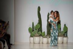 NOWY JORK, NY - WRZESIEŃ 06: Projektant Mara Hoffman i jej córka chodzimy pas startowego Obraz Stock