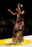 NOWY JORK, NY - WRZESIEŃ 04: Wzorcowy Adriana Lima chodzi pas startowego przy Desigual wiosny 2015 pokazem mody Obrazy Stock