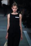 NOWY JORK, NY - WRZESIEŃ 09: Wzorcowy Alexandra Hochguertel chodzi pas startowego przy Marc Marc Jacobs pokazem mody Zdjęcie Stock