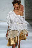 NOWY JORK, NY - WRZESIEŃ 05: Wzorcowy Aloysha Kovalyova chodzi pas startowego przy Zimmermann pokazem mody Zdjęcia Royalty Free