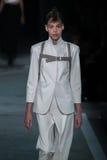 NOWY JORK, NY - WRZESIEŃ 09: Wzorcowy Amelia rzymianin chodzi pas startowego przy Marc Marc Jacobs pokazem mody Fotografia Royalty Free