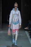 NOWY JORK, NY - WRZESIEŃ 09: Wzorcowy Charlotte Lindvig chodzi pas startowego przy Marc Marc Jacobs pokazem mody Zdjęcia Stock