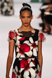 NOWY JORK, NY - WRZESIEŃ 08: Wzorcowy Cora Emmanuel chodzi pas startowego przy Carolina Herrera pokazem mody Obraz Royalty Free