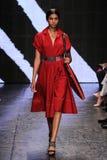 NOWY JORK, NY - WRZESIEŃ 08: Wzorcowy Imaan Hammam chodzi pas startowego przy Donna Karan wiosny 2015 pokazem mody Zdjęcie Royalty Free