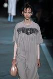 NOWY JORK, NY - WRZESIEŃ 09: Wzorcowy Irina Liss chodzi pas startowego przy Marc Marc Jacobs pokazem mody Zdjęcia Royalty Free