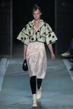 NOWY JORK, NY - WRZESIEŃ 09: Wzorcowy Irina Liss chodzi pas startowego przy Marc Marc Jacobs pokazem mody Obraz Stock