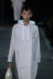 NOWY JORK, NY - WRZESIEŃ 09: Wzorcowy Issa Lish chodzi pas startowego przy Marc Marc Jacobs pokazem mody Fotografia Stock