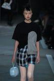 NOWY JORK, NY - WRZESIEŃ 09: Wzorcowy Jing Wen chodzi pas startowego przy Marc Marc Jacobs pokazem mody Obraz Royalty Free