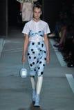 NOWY JORK, NY - WRZESIEŃ 09: Wzorcowy Julia Bergshoeff chodzi pas startowego przy Marc Marc Jacobs pokazem mody Fotografia Royalty Free