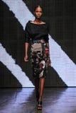 NOWY JORK, NY - WRZESIEŃ 08: Wzorcowy Leila Nda chodzi pas startowego przy Donna Karan wiosny 2015 pokazem mody Obraz Royalty Free