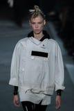 NOWY JORK, NY - WRZESIEŃ 09: Wzorcowy Lina Spangenberg chodzi pas startowego przy Marc Marc Jacobs pokazem mody Fotografia Stock