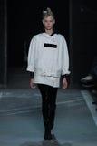 NOWY JORK, NY - WRZESIEŃ 09: Wzorcowy Lina Spangenberg chodzi pas startowego przy Marc Marc Jacobs pokazem mody Obrazy Stock
