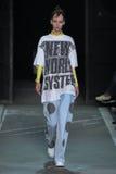 NOWY JORK, NY - WRZESIEŃ 09: Wzorcowy Maria Matakova chodzi pas startowego przy Marc Marc Jacobs pokazem mody Obrazy Royalty Free