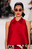 NOWY JORK, NY - WRZESIEŃ 08: Wzorcowy Ming XI. chodzi pas startowego przy Carolina Herrera pokazem mody Zdjęcie Royalty Free