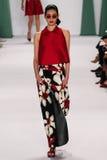 NOWY JORK, NY - WRZESIEŃ 08: Wzorcowy Ming XI. chodzi pas startowego przy Carolina Herrera pokazem mody Obraz Royalty Free