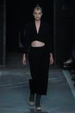NOWY JORK, NY - WRZESIEŃ 09: Wzorcowy Morta Kontrimaite chodzi pas startowego przy Marc Marc Jacobs pokazem mody Obrazy Stock