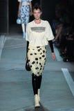NOWY JORK, NY - WRZESIEŃ 09: Wzorcowy Natali Eidelman chodzi pas startowego przy Marc Marc Jacobs pokazem mody Zdjęcie Royalty Free